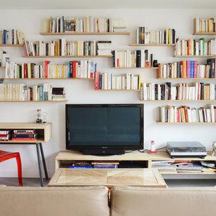 Inspiration pour un petit salon avec une bibliothèque ou un coin lecture design fermé avec un mur blanc, béton au sol et un téléviseur indépendant.