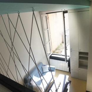 Idee per un piccolo soggiorno design aperto con pareti multicolore, pavimento giallo e pavimento in linoleum