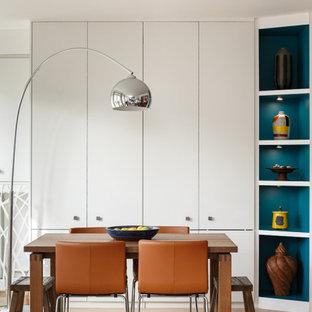 パリの中くらいのコンテンポラリースタイルのおしゃれな独立型リビング (ライブラリー、白い壁、淡色無垢フローリング、暖炉なし、据え置き型テレビ、茶色い床) の写真