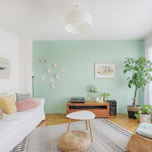 Idée de décoration pour un salon nordique de taille moyenne et ouvert avec un mur vert, un sol en bois clair, une salle de musique, aucune cheminée et aucun téléviseur.