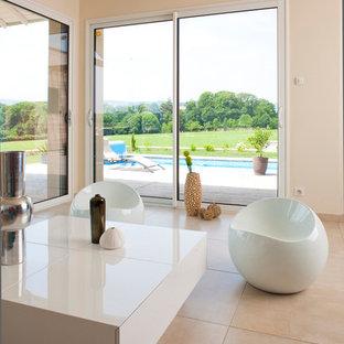 Réalisation d'un salon design de taille moyenne et ouvert avec un mur beige et un sol en carrelage de céramique.