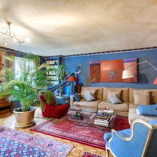 Idées déco pour un salon avec une bibliothèque ou un coin lecture éclectique ouvert et de taille moyenne avec un mur multicolore, un sol en bois clair, aucune cheminée et aucun téléviseur.