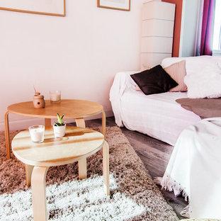 Imagen de salón nórdico con parades naranjas, suelo laminado y chimenea tradicional