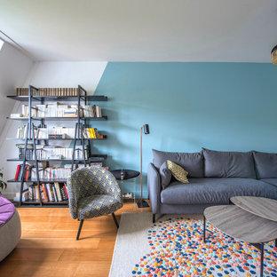 Cette photo montre un salon tendance de taille moyenne et ouvert avec un mur bleu.