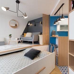 Aménagement d'un salon contemporain ouvert avec un mur blanc, un sol en bois brun et un sol marron.