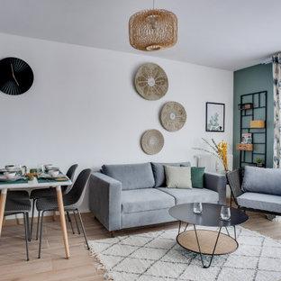 Immagine di un soggiorno tropicale con pareti verdi, pavimento con piastrelle in ceramica e TV autoportante