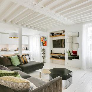 Cette Image Montre Un Salon Design Ouvert Avec Un Mur Blanc, Un Téléviseur  Encastré Et