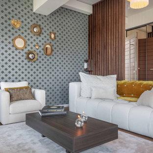 Aménagement d'un salon contemporain avec un mur gris, un sol en bois foncé, un sol marron et du papier peint.