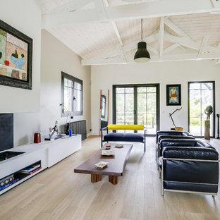 Idée de décoration pour un salon design avec une salle de réception, un mur blanc, un sol en bois clair, aucun téléviseur et un sol beige.