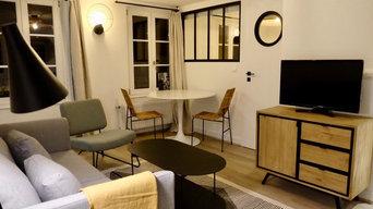 une pièce de vie avec une verrière donnant sur une petite chambre
