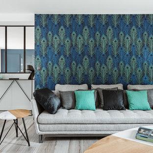 Modern inredning av ett mellanstort allrum med öppen planlösning, med flerfärgade väggar och mellanmörkt trägolv