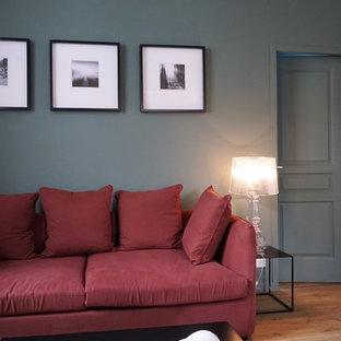 Idee per un soggiorno chic di medie dimensioni e aperto con pareti verdi, parquet chiaro e TV autoportante