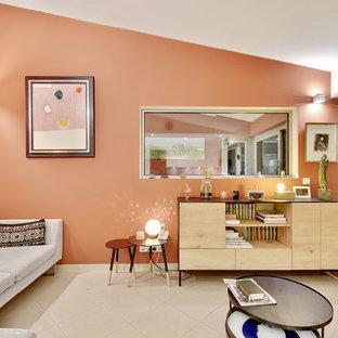 Foto di un soggiorno moderno di medie dimensioni e aperto con pareti rosse, pavimento in gres porcellanato, nessun camino e pavimento beige