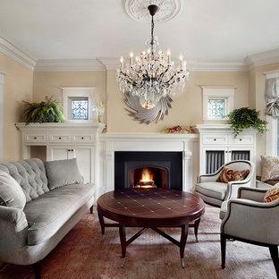 トロントの中サイズのヴィクトリアン調のおしゃれな独立型リビング (フォーマル、ベージュの壁、無垢フローリング、標準型暖炉、漆喰の暖炉まわり、テレビなし) の写真