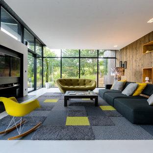 Idées déco pour un salon contemporain avec un mur marron, un téléviseur fixé au mur et un sol gris.