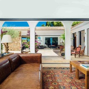 Inspiration pour un grand salon méditerranéen ouvert avec un mur blanc, aucune cheminée et aucun téléviseur.