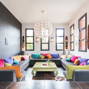 Ejemplo de salón para visitas abierto, tropical, grande, con paredes multicolor