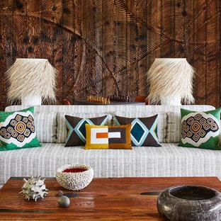 巨大なビーチスタイルのおしゃれなLDK (フォーマル、白い壁、トラバーチンの床、ベージュの床) の写真