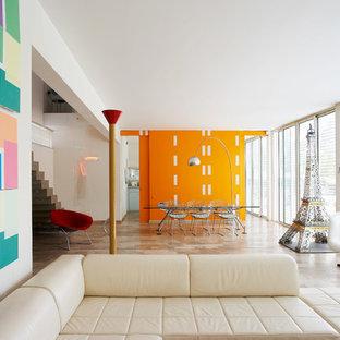 Réalisation d'un salon design avec un mur orange.