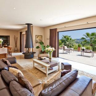 Ispirazione per un soggiorno mediterraneo con camino sospeso
