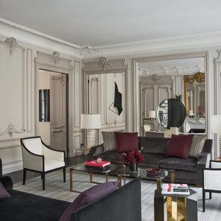 Cette photo montre un très grand salon éclectique fermé avec une salle de réception, un mur beige, un sol en bois foncé, aucune cheminée et aucun téléviseur.