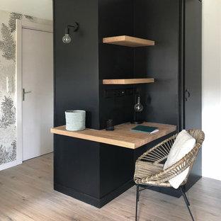 Idee per un piccolo soggiorno minimal aperto con pareti nere, parquet chiaro e nessuna TV