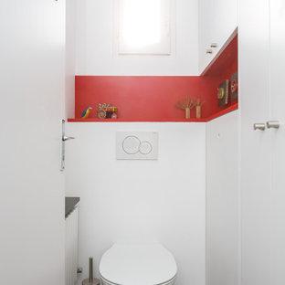 Réalisation d'un salon design avec un mur blanc.