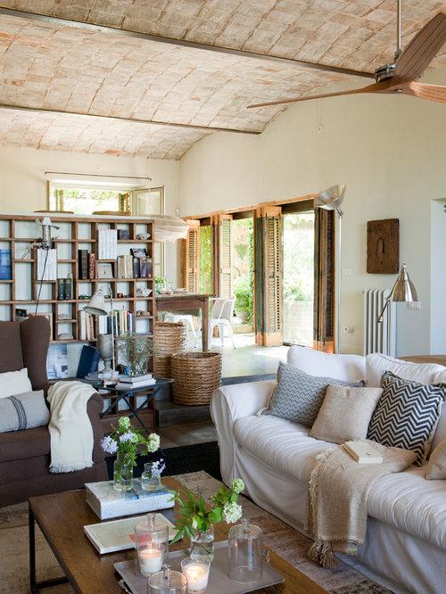 Salon campagne avec un mur beige photos et id es d co de salons for Chambre style campagne francaise