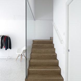 """Ispirazione per scale a """"U"""" minimaliste di medie dimensioni con pedata in legno e alzata in legno"""
