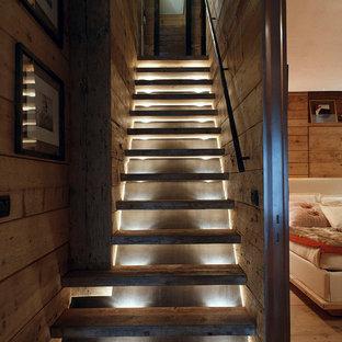 Imagen de escalera recta, rústica, pequeña, sin contrahuella, con escalones de madera
