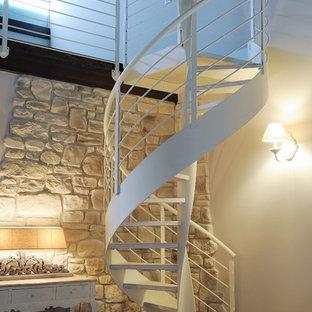 Imagen de escalera de caracol, contemporánea, pequeña, con escalones de metal