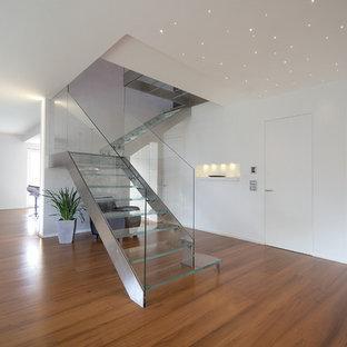 Imagen de escalera en L, contemporánea, de tamaño medio, sin contrahuella, con escalones de vidrio