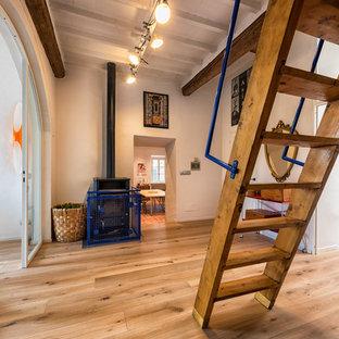Idee per una scala a rampa dritta eclettica di medie dimensioni con pedata in legno, alzata in legno e parapetto in metallo