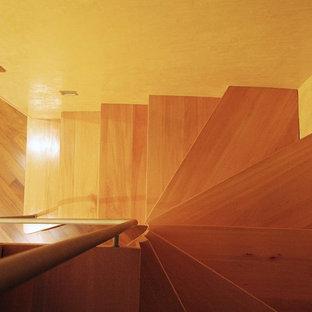 トゥーリンの小さい木のモダンスタイルのおしゃれな折り返し階段 (木の蹴込み板、金属の手すり) の写真