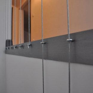 Modelo de escalera en L, moderna, de tamaño medio, con escalones con baldosas, contrahuellas con baldosas y/o azulejos y barandilla de cable
