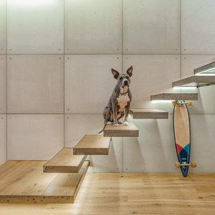 Foto på en stor industriell flytande trappa i trä, med sättsteg i metall