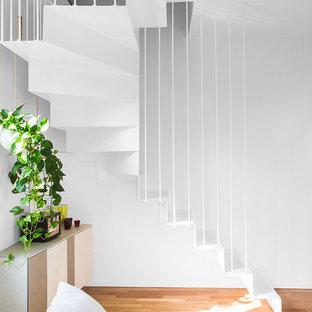 Foto de escalera suspendida, contemporánea, pequeña, con escalones de metal, contrahuellas de metal y barandilla de metal
