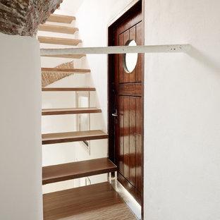Foto di una scala a rampa dritta mediterranea di medie dimensioni con pedata in legno e nessuna alzata