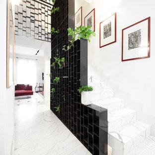 Modelo de escalera en U, contemporánea, extra grande, con escalones de mármol y contrahuellas de mármol