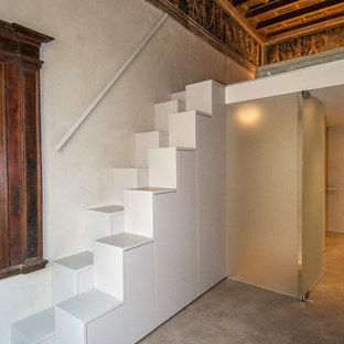 Ejemplo de escalera recta, actual, pequeña, con escalones de madera pintada y contrahuellas de madera pintada