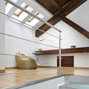 Modelo de escalera recta y panelado, actual, de tamaño medio, con escalones de vidrio, contrahuellas de metal, barandilla de metal y panelado