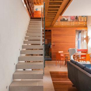 Diseño de escalera suspendida, actual, con escalones de piedra caliza y contrahuellas de piedra caliza