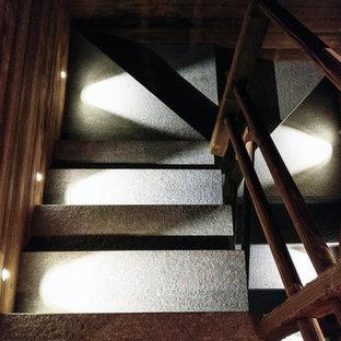 他の地域の中サイズの大理石のラスティックスタイルのおしゃれな折り返し階段 (大理石の蹴込み板、木材の手すり) の写真