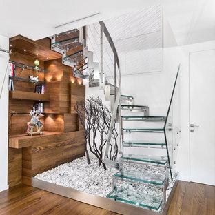 Modelo de escalera en U, actual, pequeña, sin contrahuella, con escalones de vidrio