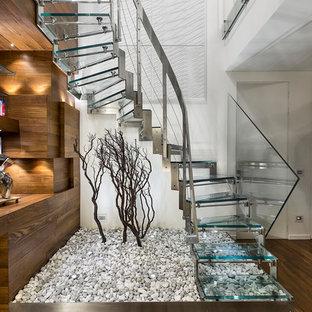 Idées déco pour un petit escalier sans contremarche courbe contemporain avec des marches en verre.