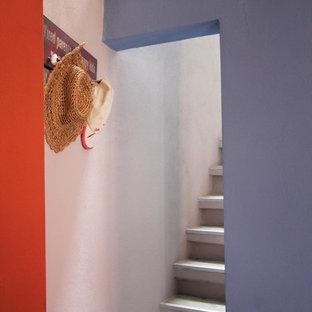 Ejemplo de escalera recta, actual, pequeña, con escalones de madera y contrahuellas de hormigón