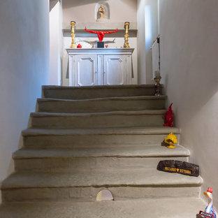 Foto de escalera recta, rural, de tamaño medio, con escalones de piedra caliza y contrahuellas de piedra caliza