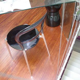 Ejemplo de escalera recta, contemporánea, pequeña, con escalones de madera pintada, contrahuellas de vidrio y barandilla de varios materiales