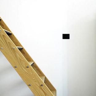 バーリの北欧スタイルのおしゃれな階段の写真