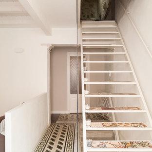 Diseño de escalera recta, mediterránea, sin contrahuella, con escalones con baldosas y barandilla de vidrio